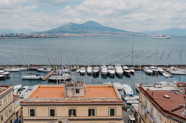イタリア、ナポリの桟橋に停泊するボート