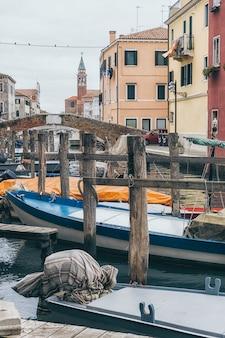 Лодки в каналах старого города кьоджа в венето, италия