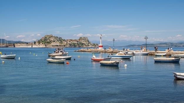 ギリシャのコルフ島の港のボート