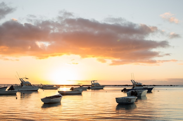 Лодки в океане на закате.