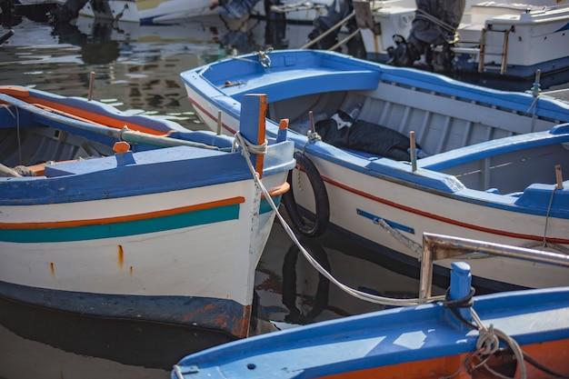 シチリア島のポルティセロに日没時に係留されたボート