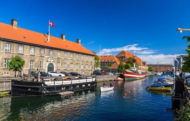 코펜하겐의 운하에 보트