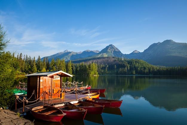 高タトラの山湖のボート