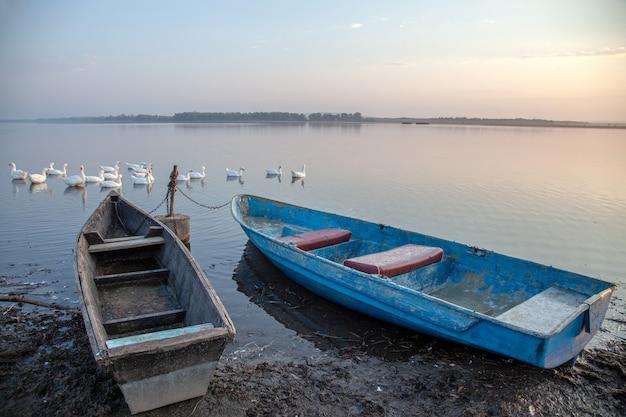 Лодки на берегу озера.