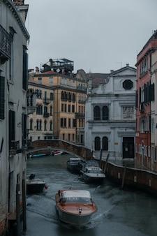 Лодки, плывущие по каналам исторической венеции