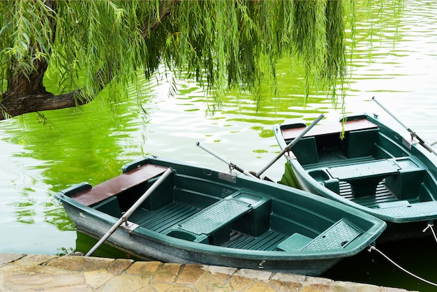 Лодки с веслами на озере в парке