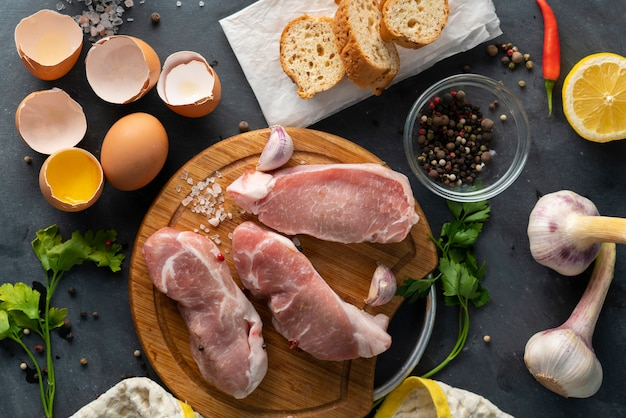 Вид сверху ингредиентов для приготовления южноафриканской традиционной еды bobotie на деревянной разделочной доске