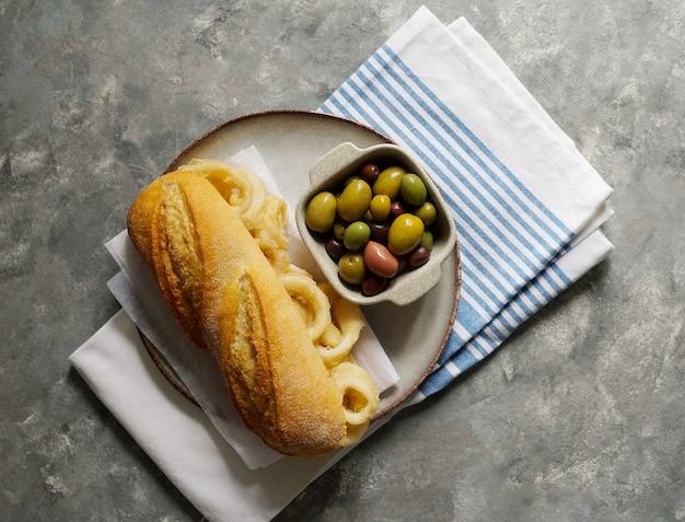 Bocadillo con calamares или бутерброд с кальмаром с пивом, очень популярный в мадриде типичные испанские тапас