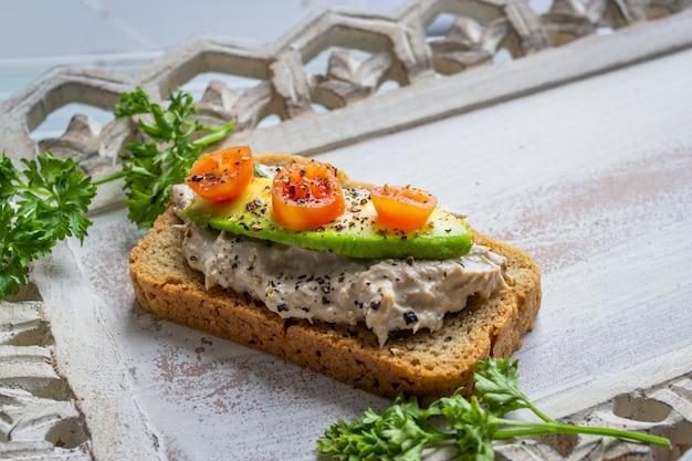 Bocadillo de pan con aguacate y crema deliciosa vida saludable comida saludable