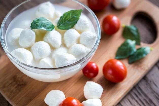 Чаша из моцареллы bocconcini со свежими помидорами черри