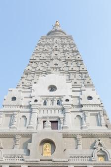 Закройте вверх по ступе стиля bodh gaya на районе wat chong kham phra aramluang ngao, lampang таиланде.