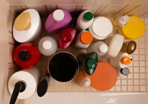 バスルームのボディとヘア製品:シャンプー、コンディショナー、マスク、シャワージェル、ボディバーム。上から見る