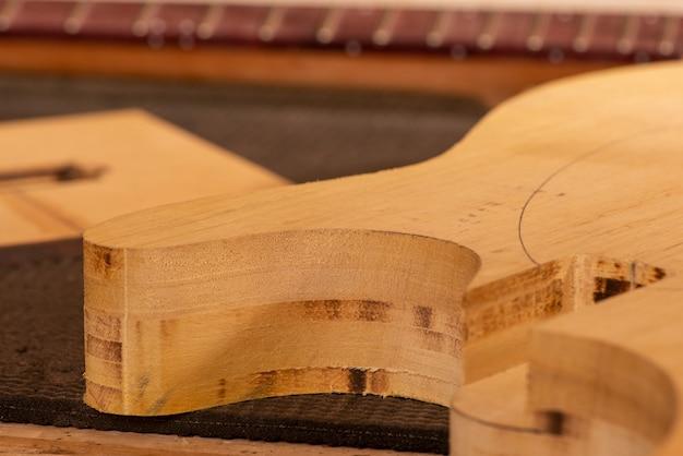 생산 중인 기타의 바디와 넥