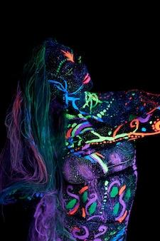 紫外線で踊るボディアート
