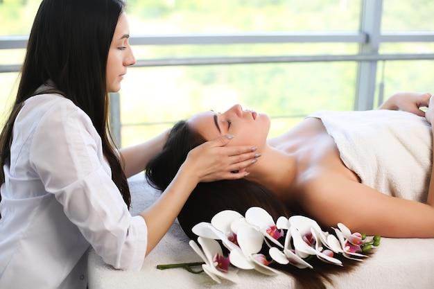 Уход за телом. спа-массаж тела женских рук.