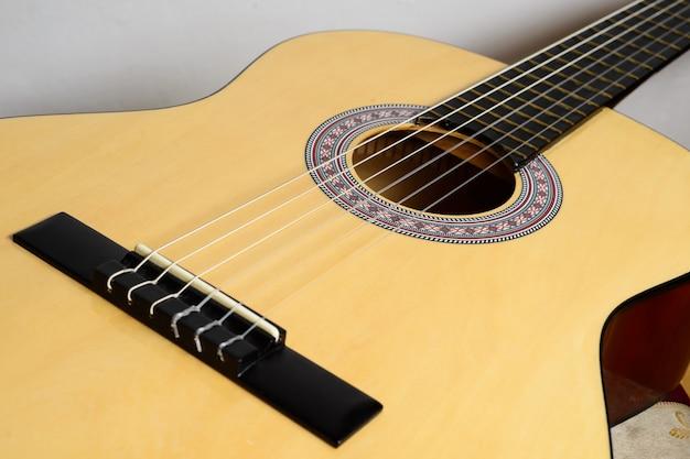 Классическая гитара тела с желтой декой, изолированные на белом фоне