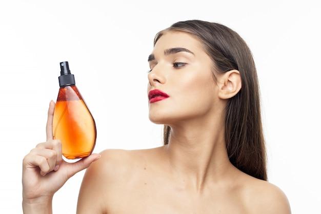 Косметика для тела женщина с открытыми плечами яркий макияж, уход за волосами, чистая кожа