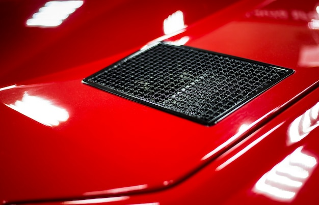 Элементы кузова красного современного гоночного автомобиля крупным планом