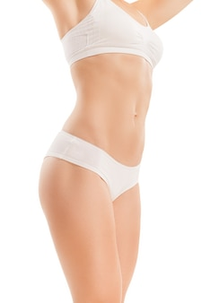 Тело женщины с плоским животиком, изолированным на белом.