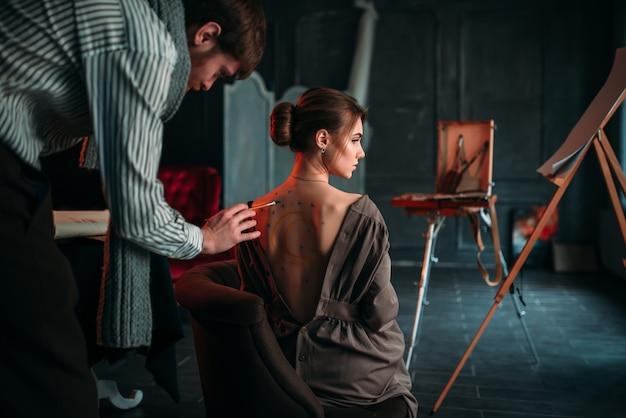 女性の背中のボディペインティングアートワーク