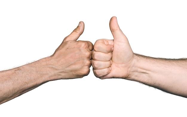 ボディパーツのコンセプト。 2人の男性が親指を立てて拳をぶつけます。白い背景で隔離