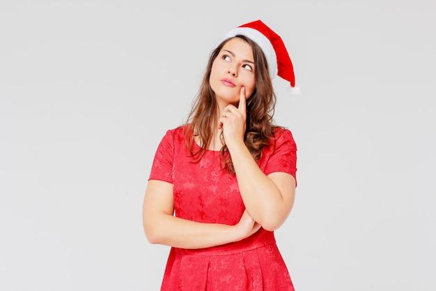 Тело положительные съемки красивая брюнетка девушка в красном платье и
