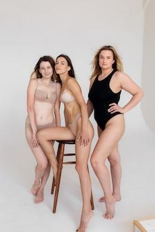 자신감과 신체 긍정을 가진 여성의 신체 긍정 개념 그룹