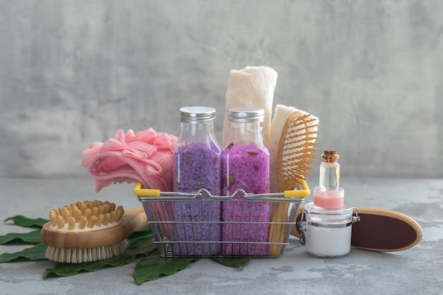 Спа-процедуры для тела бамбуковые щетки с солью для ванн, кремом, маслом, полотенцами в корзине