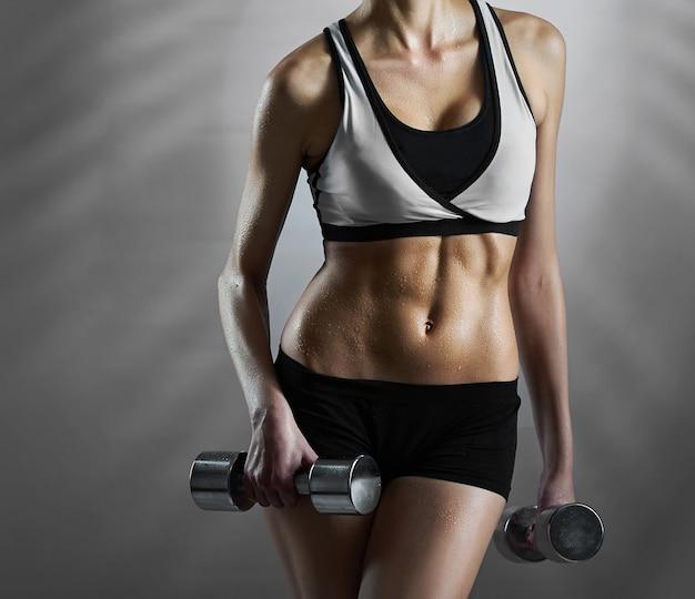Routine di sport del corpo. primo piano potato di un funzionamento femminile