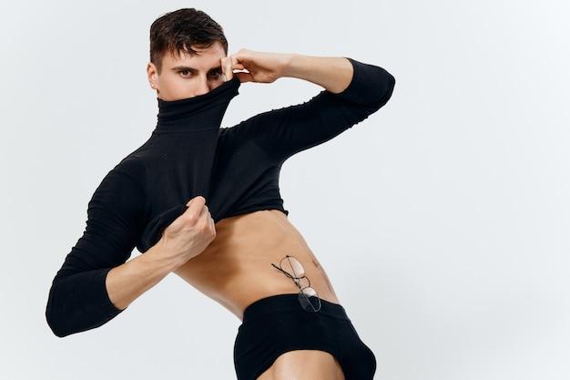 Культурист фитнес мускулистый торс мужчина в свитере и трусах