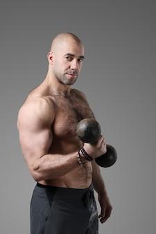 Культурист позирует и показывает мышцы