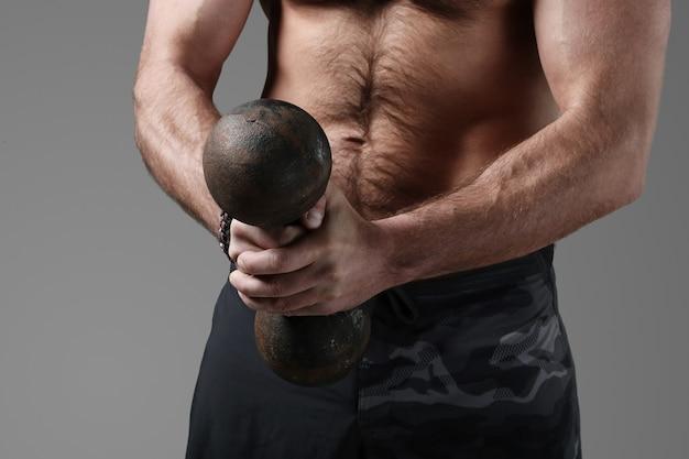 보디 빌딩 포즈와 근육을 보여주는