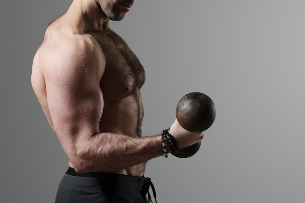 筋肉のポーズと表示のボディービルダー