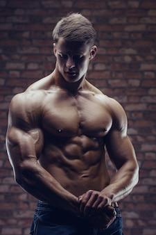 Abs筋肉をポンピングボディービルダー強い男