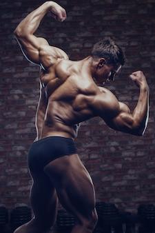 背中の筋肉をポンピングボディービルダー強い男