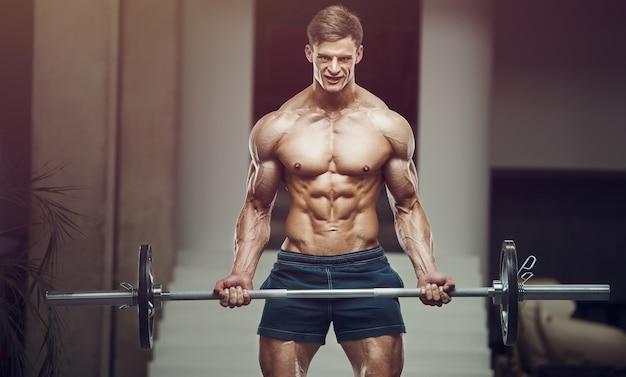 Культурист сильный человек накачки бицепса мышц