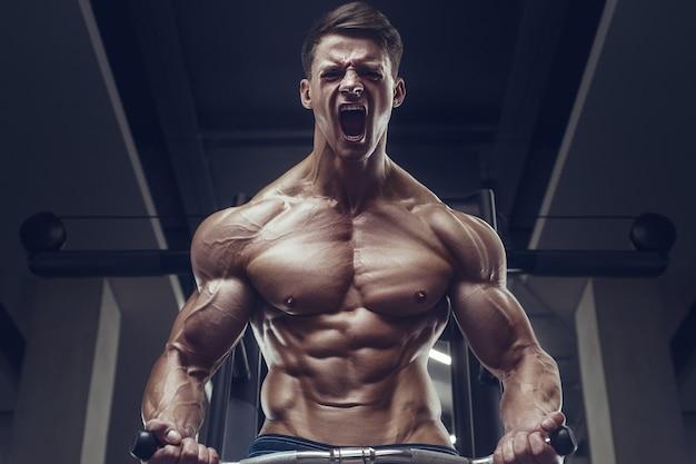 上腕二頭筋の筋肉をポンピングボディービルダー強い男