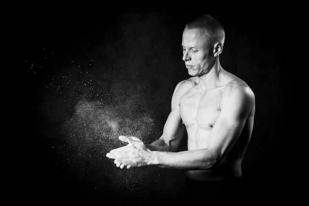 하얀 손으로 보디입니다. 운동 선수에게 유용한 것. 측면보기 근접 촬영 사진입니다. 흑백 이미지
