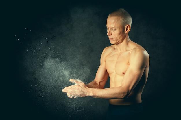 하얀 손으로 보디입니다. 운동 선수에게 유용한 것. 측면보기 근접 촬영 사진입니다. 격조