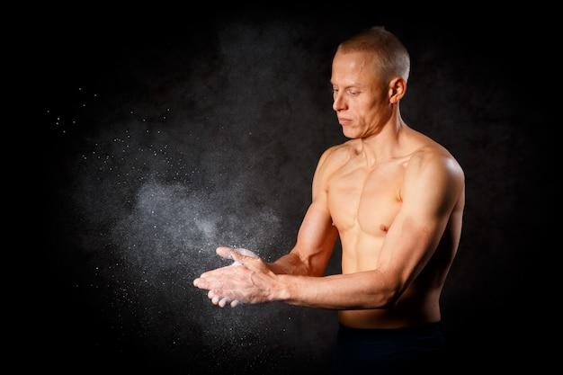 하얀 손으로 보디입니다. 운동 선수에게 유용한 것. 측면보기 근접 촬영 사진