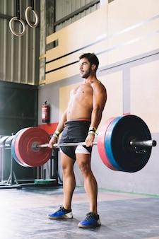 Концепция бодибилдинга с тренировкой человека со штангой