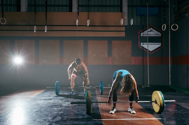 Concetto di bodybuilding con l'uomo e la donna