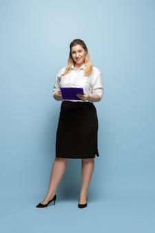 ボディポジティブな女性キャラクター。プラスサイズの実業家