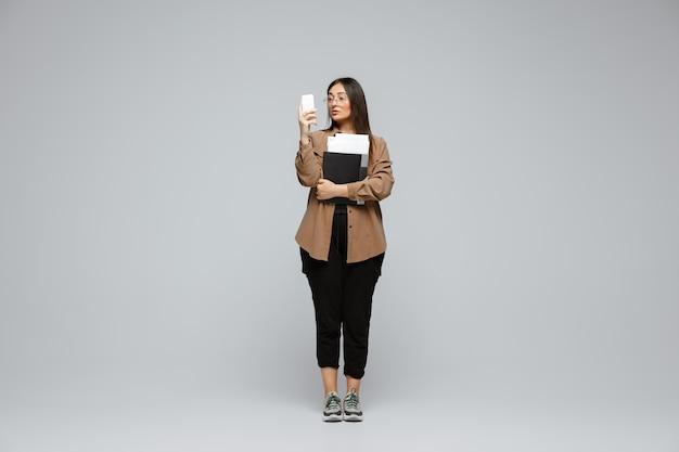 ボディポジティブな女性キャラクター、プラスサイズの実業家