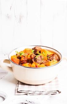 Boeuf bourguignon - тушеное мясо с овощами в запеканке