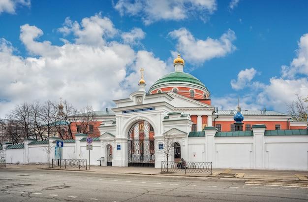 카잔의 보고로디츠키 수도원과 구름이 있는 푸른 하늘