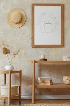 포스터 프레임, 우아한 등나무 액세서리, 꽃병에 말린 꽃, 나무 콘솔 및 세련된 가정 장식의 교수형 오두막이있는 거실의 보헤미안 인테리어