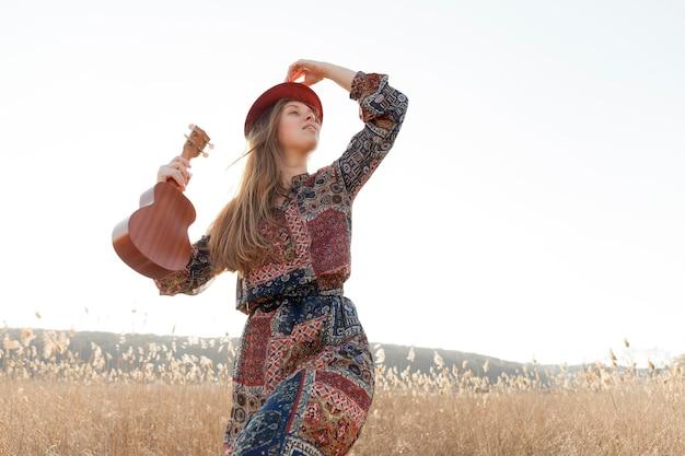 Богемная женщина на природе с укулеле