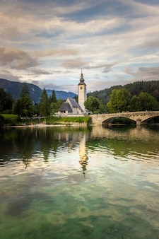 Озеро бохинь и церковь иоанна крестителя с мостом