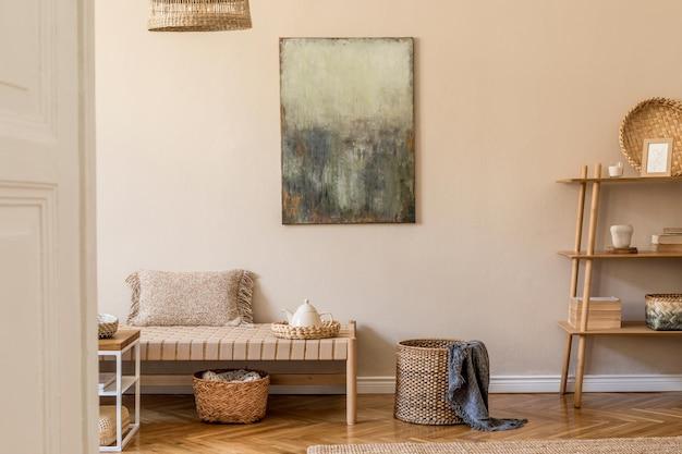 デザインの長椅子、枕、バスケット、絵画、籐の自然な装飾、エレガントなパーソナルアクセサリーを備えたリビングルームの自由奔放に生きる構成。居心地の良い家の装飾のオリエンタルコンペット。
